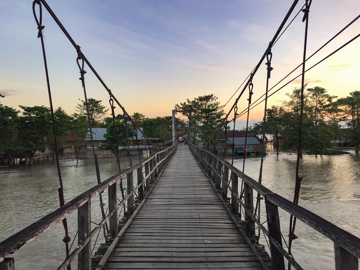 Tempe Lac Sulawesi Indonésie pont sunset