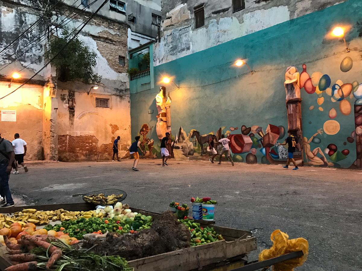 Enfants jouant au foot à la Havane