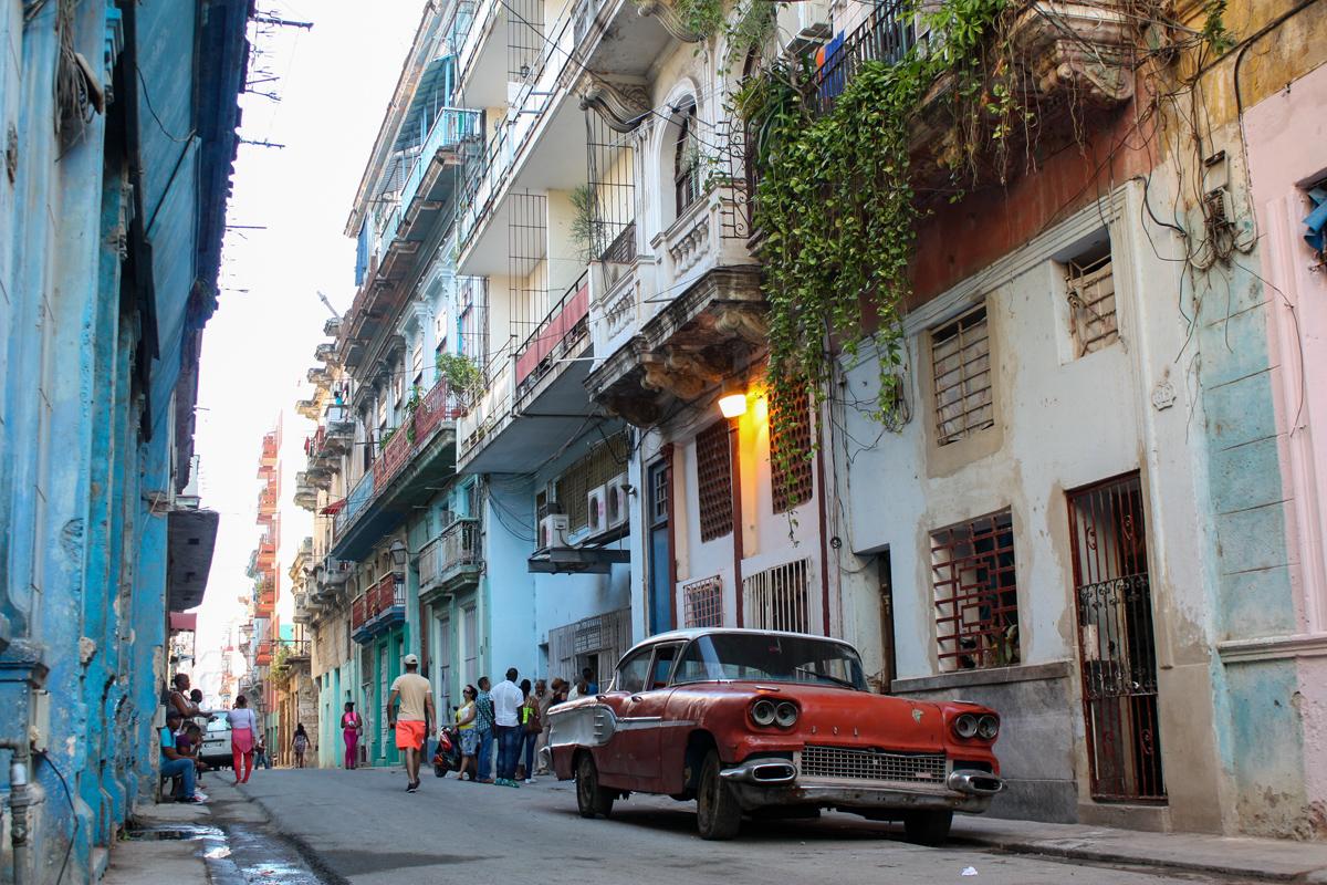 Voiture dans une rue de la Havane