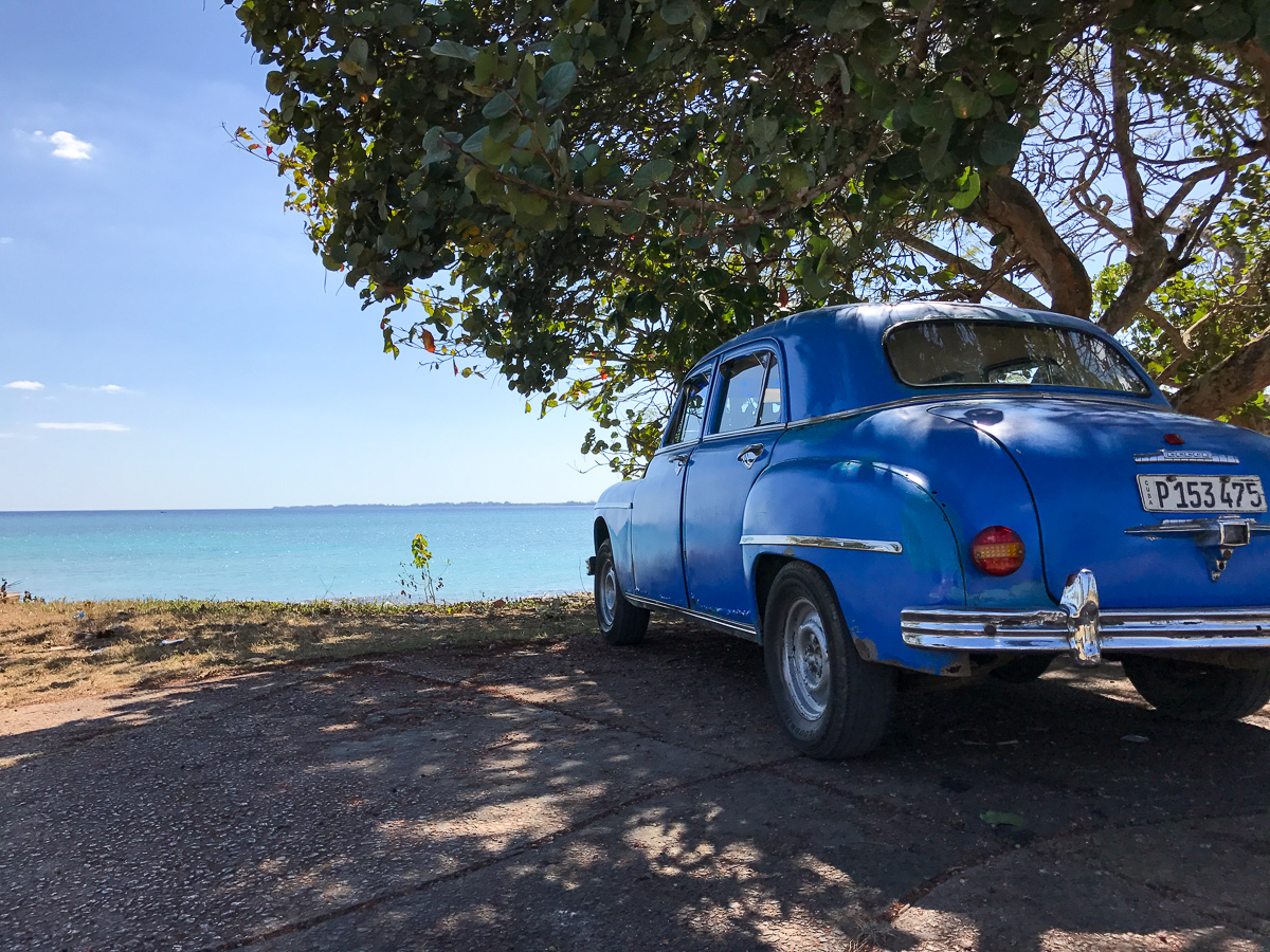 Belle voiture bleue à Playa Larga