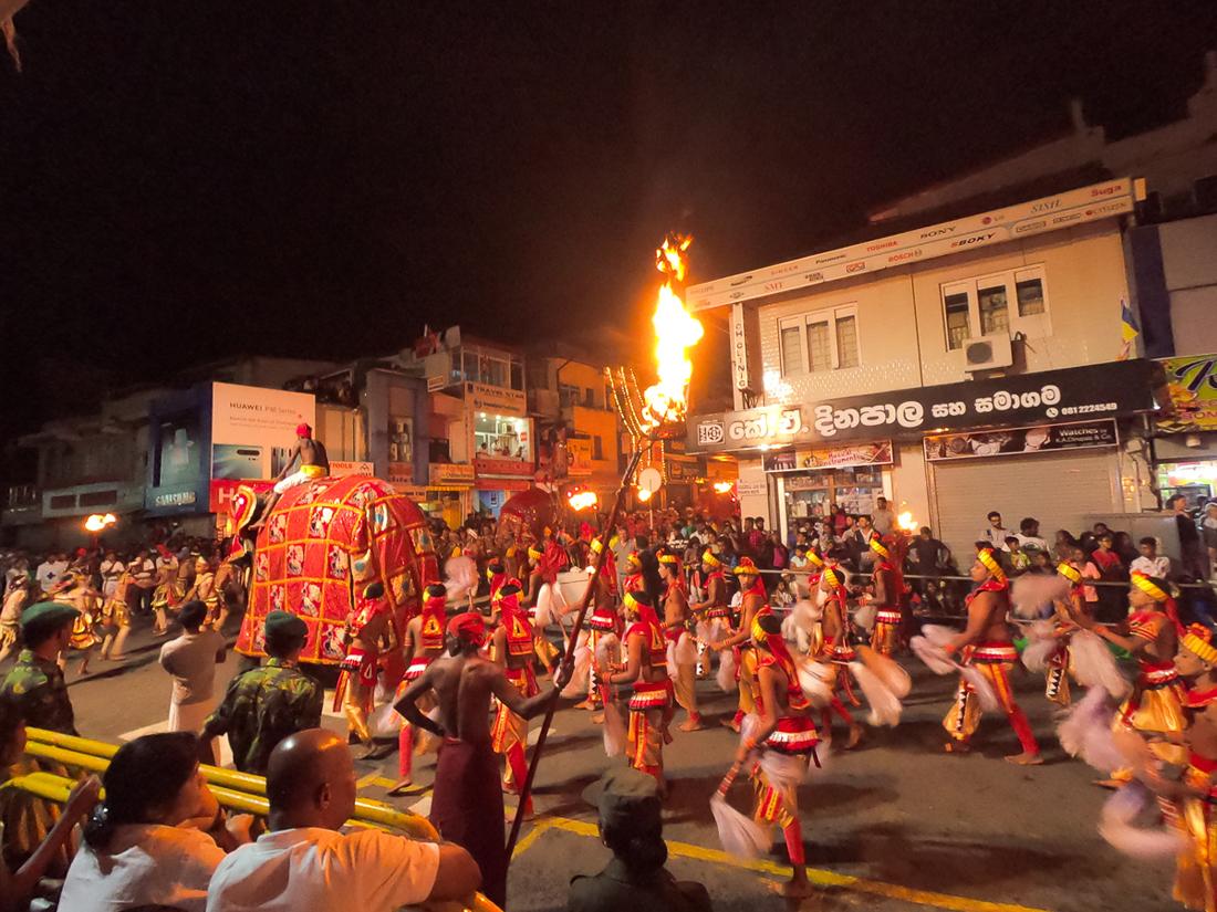 Sri Lanka Kandy Fête Esala Perahera Eléphant feu danseurs
