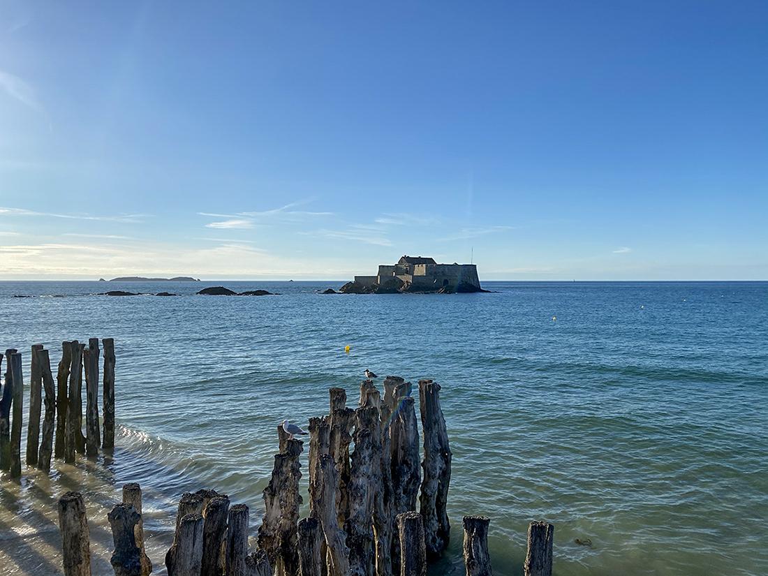 Vue du Fort National à Saint-Malo à marée haute