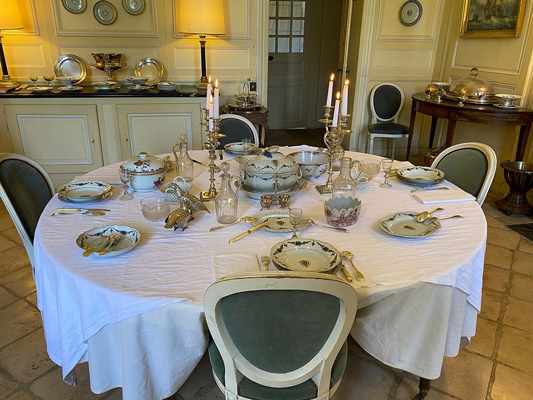 Table dressée avec porcelaine de la Malouinière de la Ville Bague