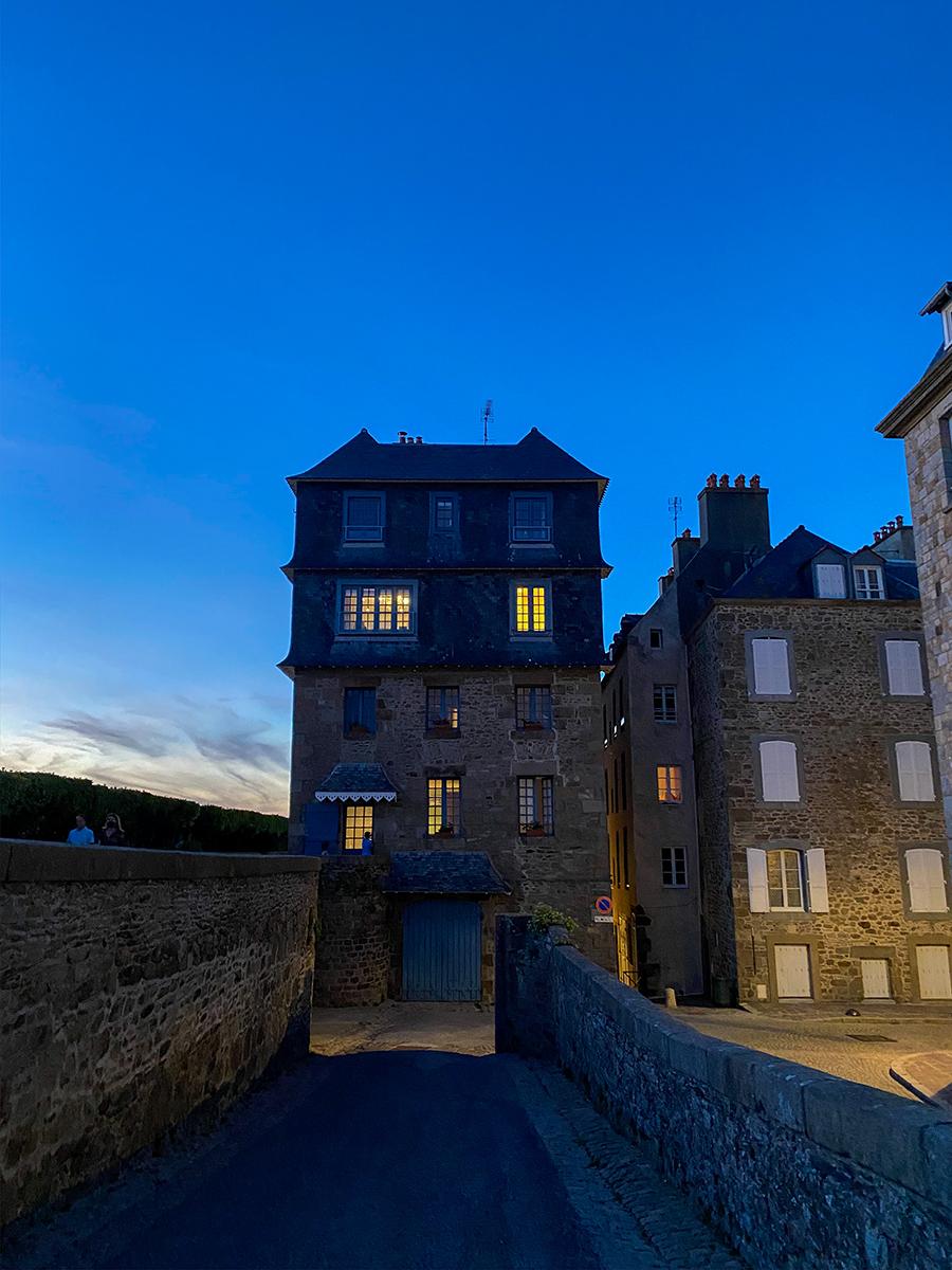 Une maison au bord des remparts de Saint-Malo